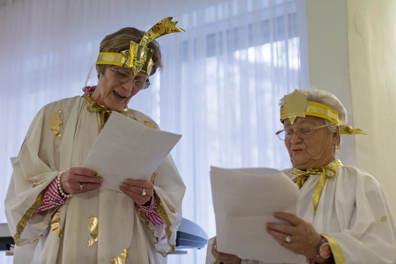Granny Socks-Engeldarstellerinnen bescheren: Frau Ingrid Schmalfuß und Frau Elfriede Maulwurf