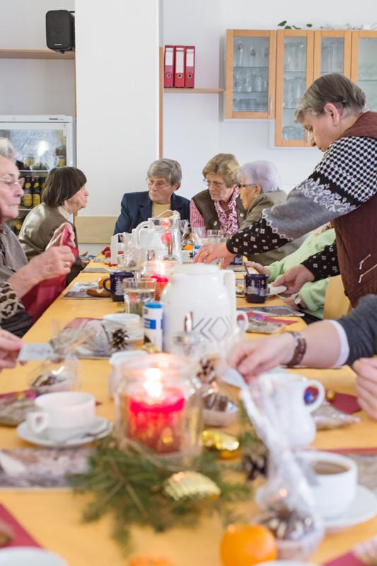 Gemütliche Stimmung bei der Weihnachtsfeier der Granny Socks im Seniorenbegegnungszentrum